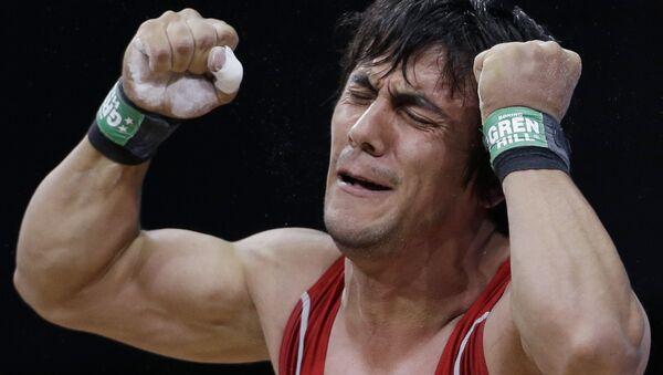Азербайджанский тяжелоатлет Сардар Гасанов во время лондонской Олимпиады - Sputnik Азербайджан