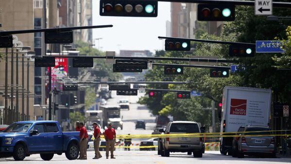 Полицейские оцепляют улицу в Далласе для проведения расследований - Sputnik Азербайджан