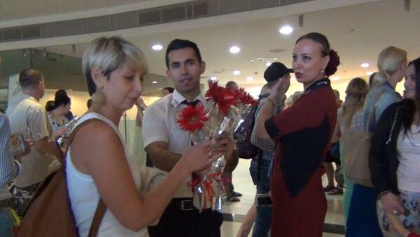 Первых за семь месяцев туристов из РФ c цветами и музыкой встретили в Анталье - Sputnik Азербайджан