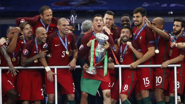 Криштиану Роналду празднует победу своей сборной - Sputnik Азербайджан