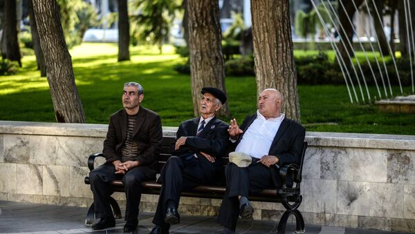 Мужчины на одной из улиц Баку - Sputnik Азербайджан