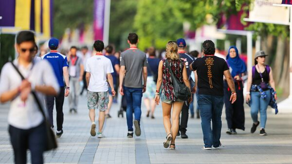 Молодежь прогуливается по Бакинскому приморскому бульвару - Sputnik Азербайджан