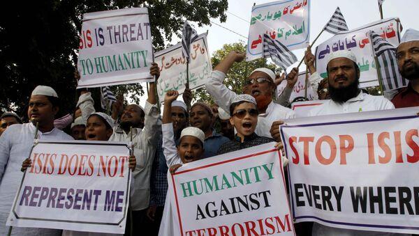 Мусульмане выкрикивают лозунги во время акции протеста против ИГИЛ - Sputnik Азербайджан