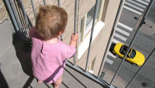 Малыш без присмотра на балконе многоэтажки - Sputnik Азербайджан