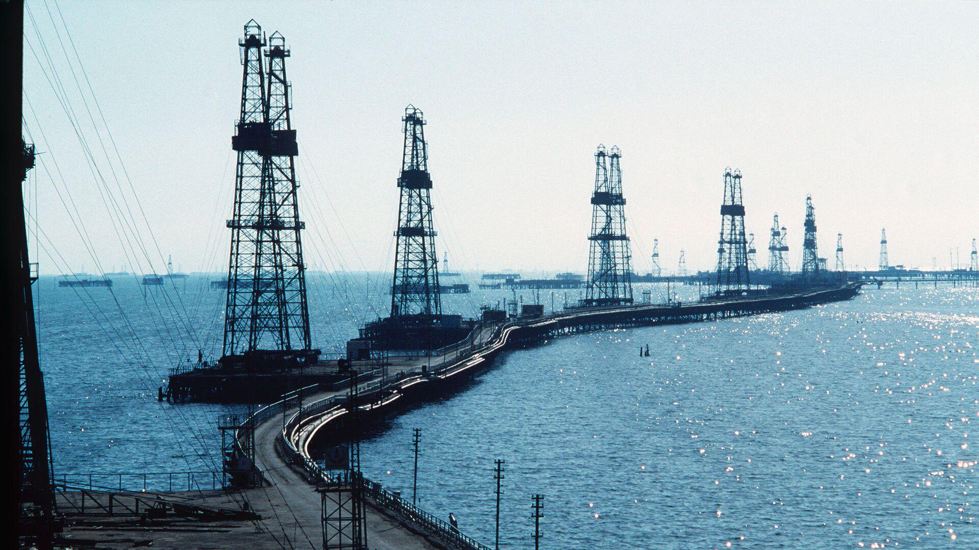 Нефтяные вышки на Каспийском море в Азербайджане - Sputnik Азербайджан, 1920, 03.06.2021