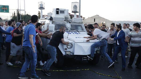 Люди пытаются остановить бронетранспортер в котором везут солдатов турецкой армии принимавших участие в перевороте - Sputnik Азербайджан