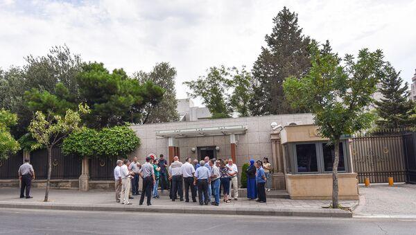 Люди перед зданием посольства Турции в Баку, архивное фото - Sputnik Азербайджан