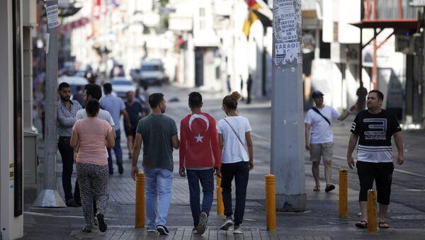 Люди прогуливаются на улице недалеко от площади Таксим в Стамбуле на утро после попытки военного переворота в Турции - Sputnik Azərbaycan