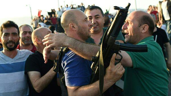Люди в Стамбуле празднуют победу над путчистами - Sputnik Азербайджан