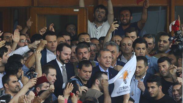 Президент Турции Эрдоган среди своих сторонников в аэропорту Ататюрк - Sputnik Азербайджан