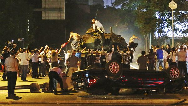 Толпа пытается остановить танк путчистов в Анкаре ранним утром 16 июля 2016 года - Sputnik Азербайджан