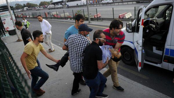 Люди несут раненого во время попытки военного переворота мужчину. Стамбул, Босфорский мост - Sputnik Азербайджан