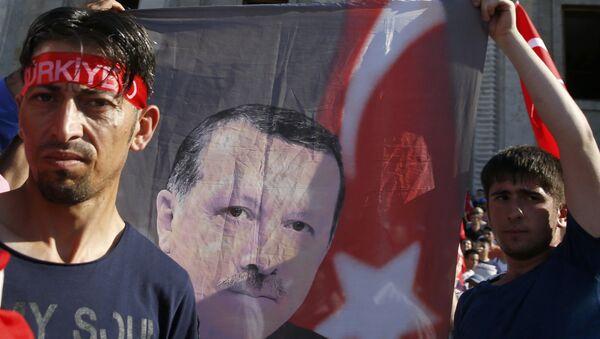 Сторонники президента Турции у здания парламента Турции в Анкаре - Sputnik Азербайджан