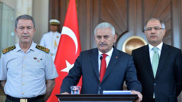 Глава Генштаба Хулуси Акар, премьер-министр Бинали Йылдырым и глава МВД Эфкан Ала во время пресс-конференции в Анкаре - Sputnik Азербайджан