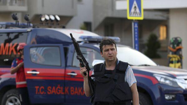Полицейский в курортном городе Мармарис. 16 июля 20106 года - Sputnik Азербайджан