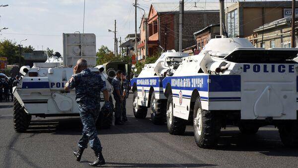 Перекрытая полицейскими улица в Ереване - Sputnik Azərbaycan