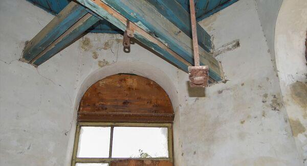 Внутри церкви есть одно большая молельня, несколько маленьких комнат, а также колокольня - Sputnik Азербайджан