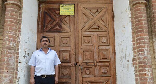 О церкви нам рассказал сотрудник Дома культуры Гёйтепе Садреддин Рзаев - Sputnik Азербайджан