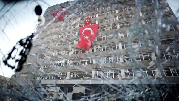 Вид на штаб-квартиру Турецкой полиции через разбитое окно автомобиля - Sputnik Азербайджан