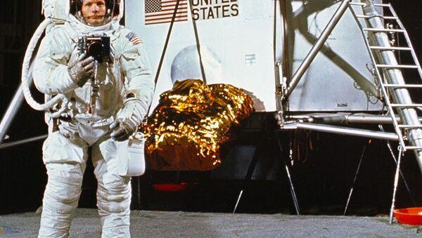 Командир экипажа Аполлон-11  Нил Армстронг - Sputnik Азербайджан