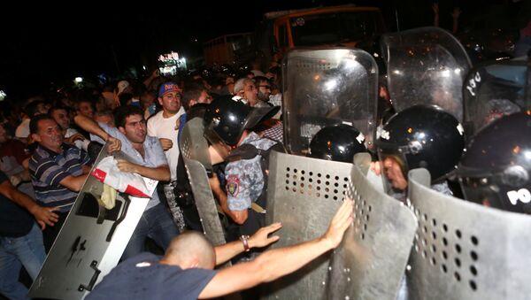 Ermənistanın paytaxtında polislə etiraz aksiyaçıları arasında qarşıdurma baş verib - Sputnik Azərbaycan