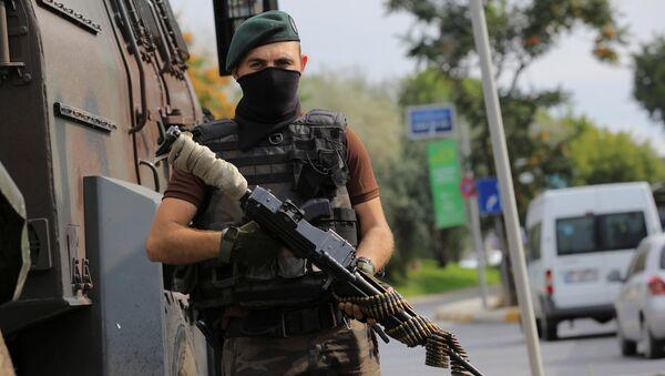 Polis xüsusi təyinatlısı İstanbulda keşik çəkir. 18 iyul 2016-cı il - Sputnik Azərbaycan