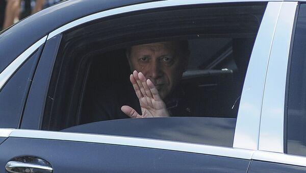 Президент Эрдоган выезжает из своей резиденции в Стамбуле для участия в панихиде по жертвам попытки военного переворота - Sputnik Азербайджан