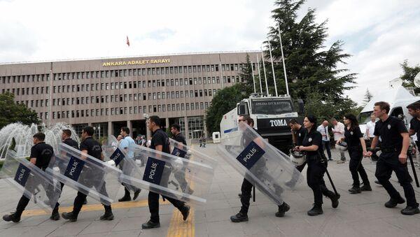 Ankara Adalet Sarayı'nın önündeki polisler - Sputnik Azərbaycan