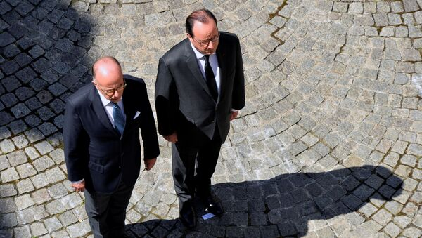 French President Francois Hollande (R) and French Interior Minister Bernard Cazeneuve (L) take part in a minute of silence at the Hotel de Beauvau in Paris, France, July 18, 2016 on the third day of national mourning to pay tribute to victims of the truck attack along the Promenade des Anglais on Bastille Day that killed scores and injured as many in Nice. - Sputnik Azərbaycan