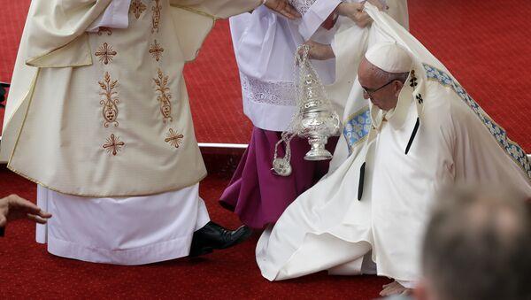 Roma papası Fransisk Polşadakı ayin zamanı yerə yıxılıb - Sputnik Azərbaycan