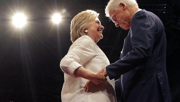 ABŞ-ın keçmiş prezidenti Bill Klinton həyat yoldaşı Hilari Klinton ilə - Sputnik Azərbaycan