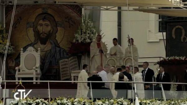 Папа Франциск упал во время мессы, проходившей в Польше - Sputnik Азербайджан