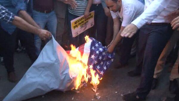 Акция протеста перед базой НАТО в Турции: протестующие сожгли флаг - Sputnik Азербайджан