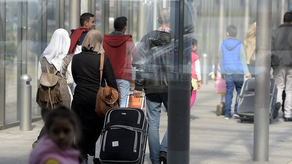 Сирийские беженцы в аэропорту Ганновера. Архивное фото - Sputnik Азербайджан