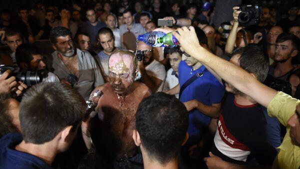 Один из демонстрантов попытался сжечь себя в Ереване - Sputnik Азербайджан