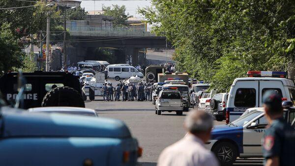 Перекрытая полицейскими улица в Ереване - Sputnik Азербайджан