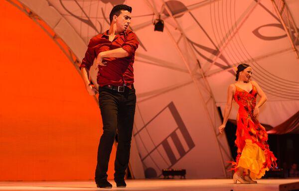 Танец фламенко в исполнении ансамбля Kastro Romero Flamenko на сцене VIII Габалинского международного фестиваля - Sputnik Азербайджан
