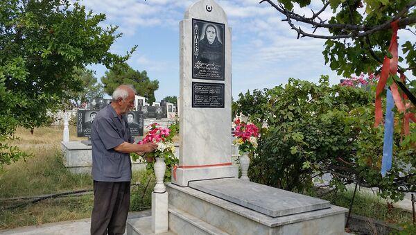 Таги Тагиев у могилы жены - Sputnik Азербайджан