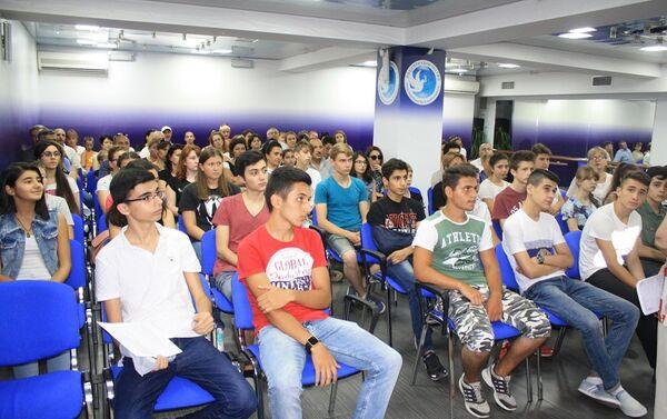 Школьники из Азербайджана отправятся  в учебно-образовательную поездку в Санкт-Петербург - Sputnik Азербайджан