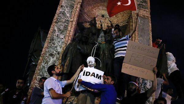Сторонники президента Эрдогана требуют казни Фетхуллаха Гюлена на площади Таксим в Стамбуле. 18 июля 2016 года - Sputnik Азербайджан