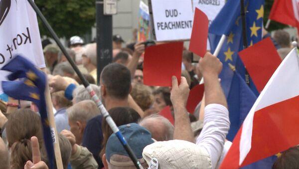 Сотни жителей Варшавы вышли на митинг против президента Польши Анджея Дуды - Sputnik Азербайджан