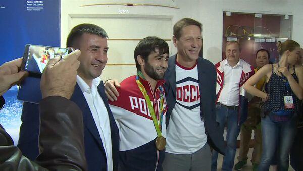 Первый российский чемпион ОИ-2016 показал завоеванную золотую медаль - Sputnik Азербайджан