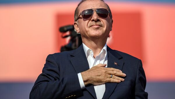 Президент Турции Реджеп Тайип Эрдоган приветствует участников митинга в Стамбуле - Sputnik Azərbaycan