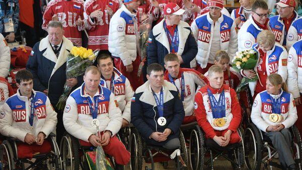 Торжественная встреча паралимпийской сборной команды России в московском аэропорту Шереметьево. 18 марта 2014 года - Sputnik Азербайджан