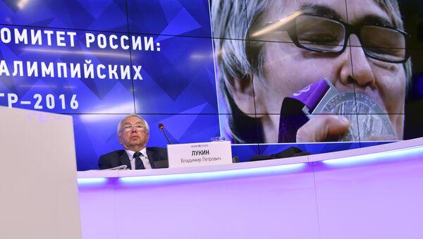 Глава Паралимпийского комитета России Владимир Лукин проводит пресс-конференцию по итогам решения Международного паралимпийского комитета - Sputnik Азербайджан