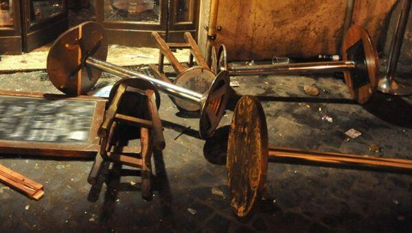 Опрокинутые стулья в баре. Архивное фото - Sputnik Азербайджан