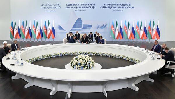 Подписание документов после трехсторонней встречи президентов Азербайджана, Ирана и России. Баку, 8 августа 2016 года - Sputnik Azərbaycan