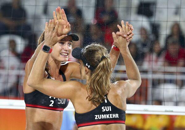 Члены сборной Швейцарии Джоана Гейдрих и Надин Зумкер празднуют победу в игре против Канады - Sputnik Азербайджан