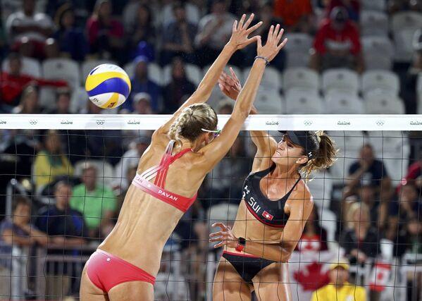 Пляжный волейбол – Сара Паван (Канада) против Джоаны Гейдрих (Швейцария) - Sputnik Азербайджан