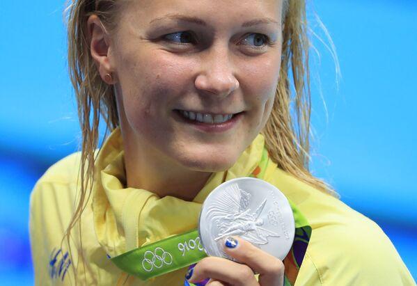 Плавание. Церемония награждения. Сара Шёстрём (Швеция) позирует со своей серебряной медалью - Sputnik Азербайджан